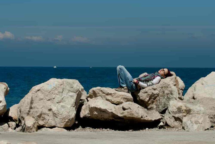 Odpoczynek przy skałach morskich