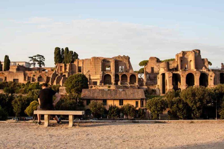 Zwiedzanie starożytnej architektury