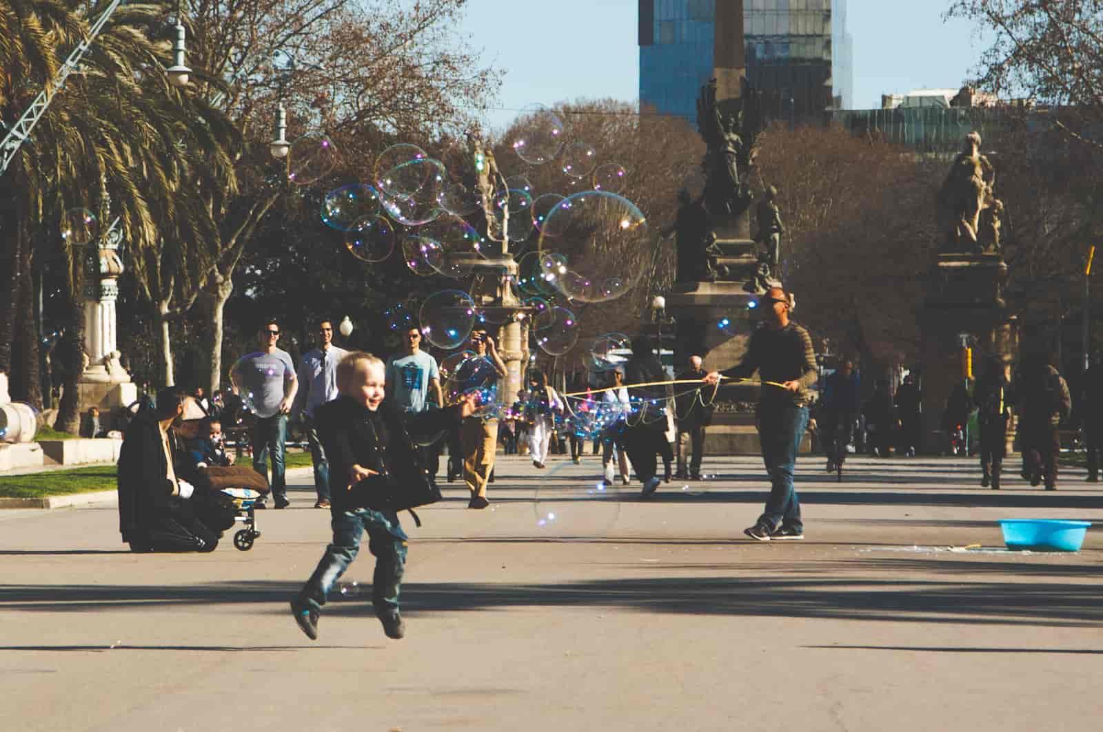 Dziecko bawiące się w parku