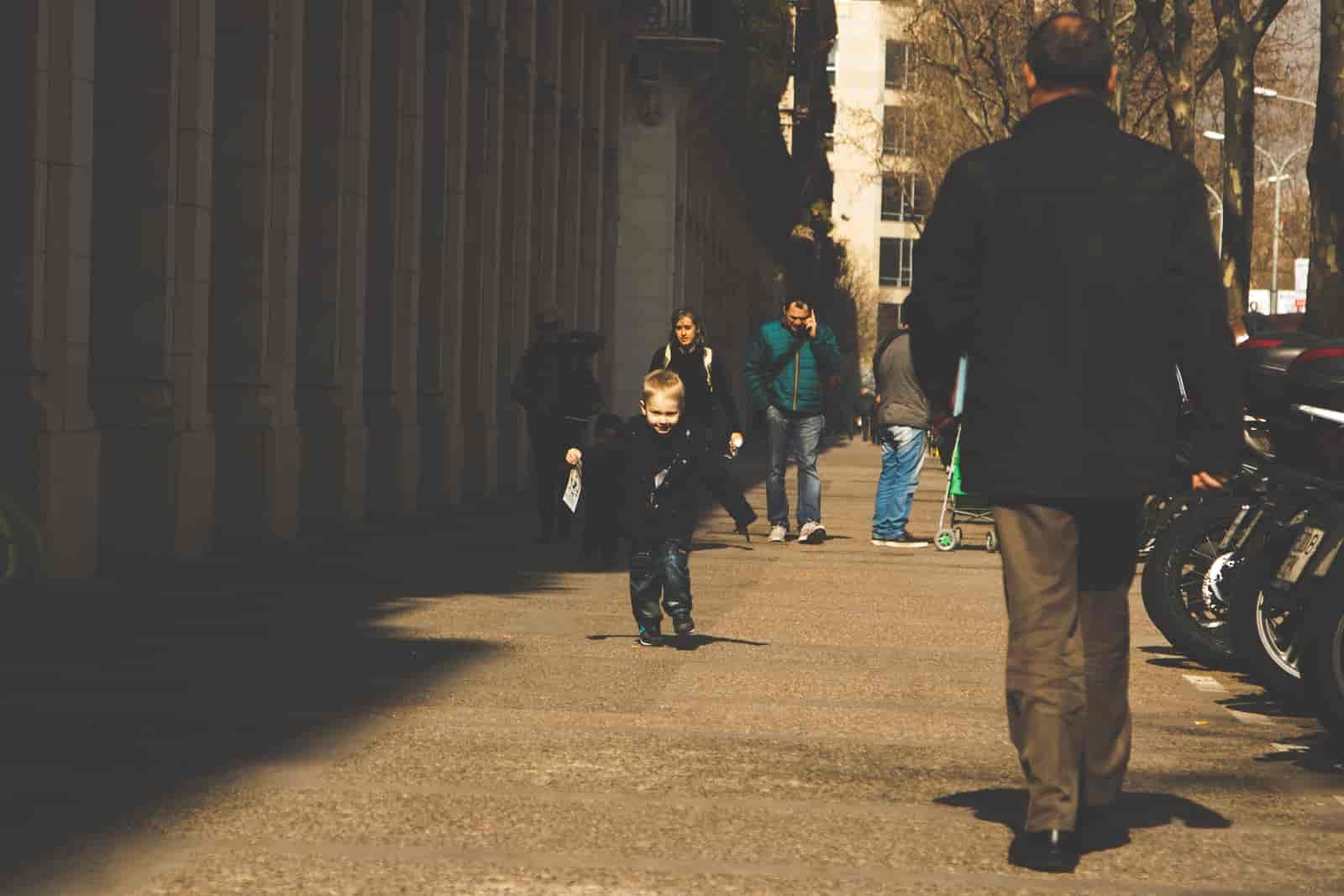 Dziecko biegnące po ulicach Barcelony
