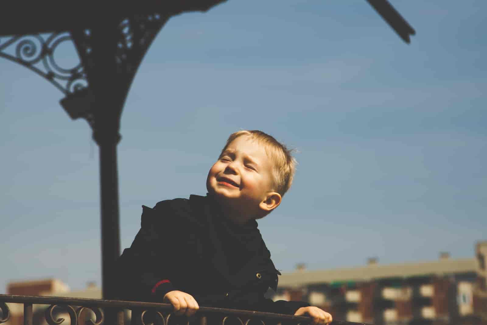 Radosne dziecko podczas wycieczki