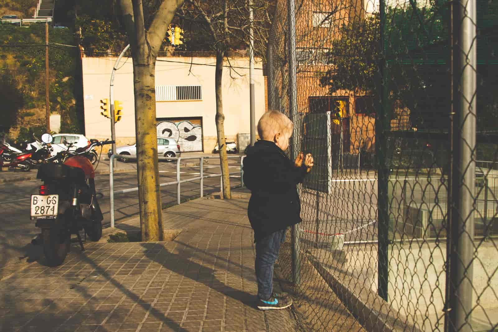 Dziecko stojące przy ogrodzeniu