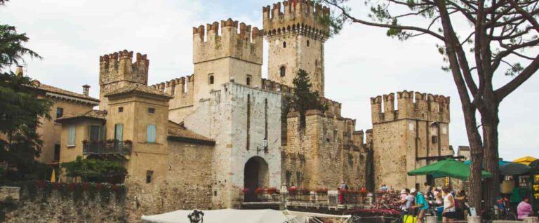 Zamek w Sirmione lężący nad Jeziorem Garda