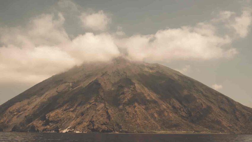 Czynny wulkan na Wyspach Liparyjskich